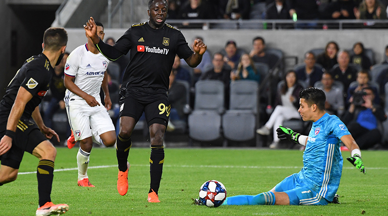 Los Angeles FC forward Adama Diomande passes the ball by FC Dallas goalkeeper Jesse Gonzalez to Los Angeles FC forward Diego Rossi who takes it in for a goal in the second half at Banc of California Stadium.